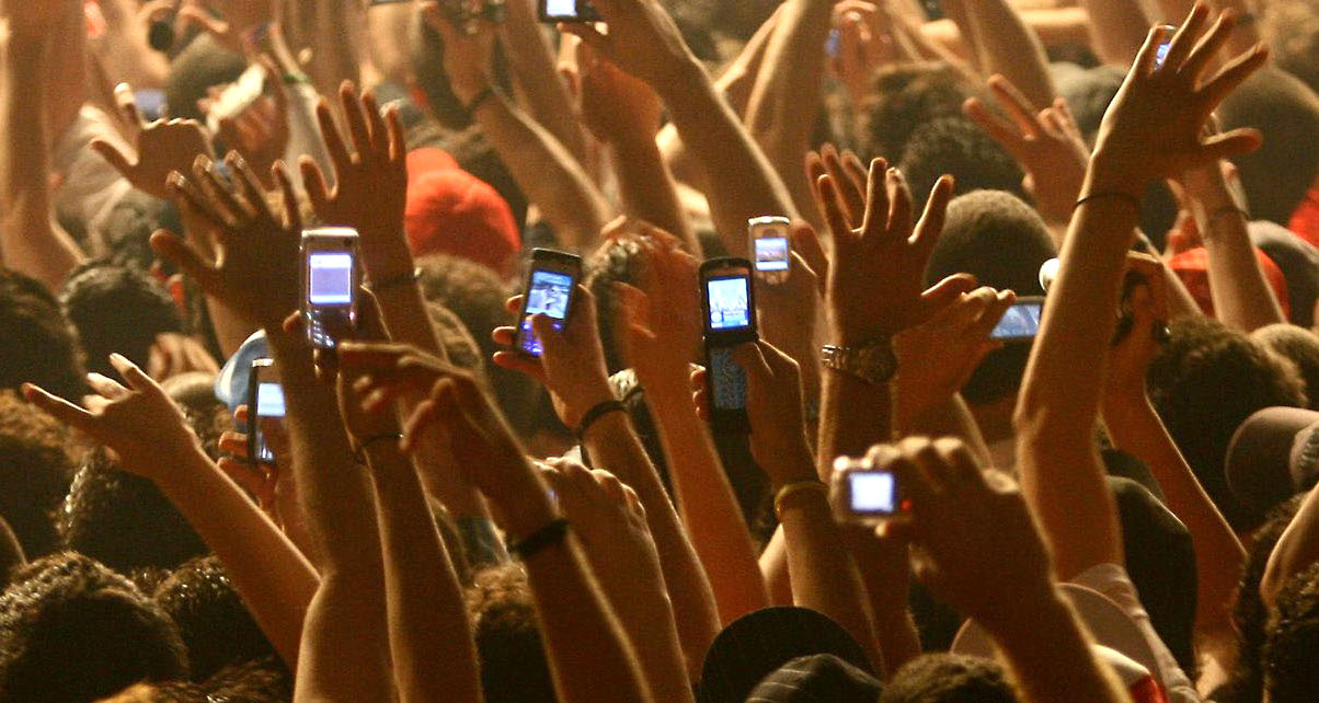 phones-dancefloor-digital-dj-tips